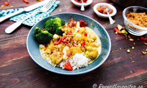 Currygryta på tallrik med tillbehör
