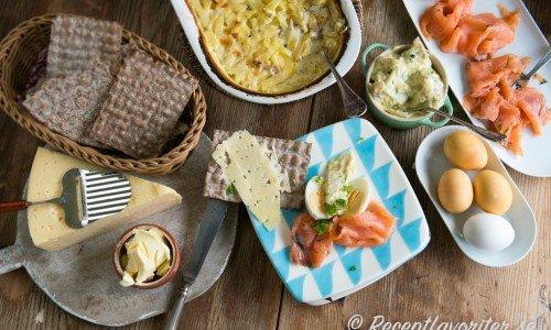Med enkelt menar jag att det inte är ett helt påskbord utan hemlagad Jansson, lite snabbsill, kokta ägg osv.