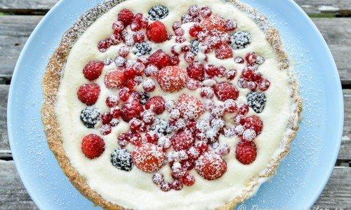 Enkel och snabb paj med bär som hallon, björnbär, vinbär och jordgubbar med vaniljkräm i ett knaprigt pajskal.