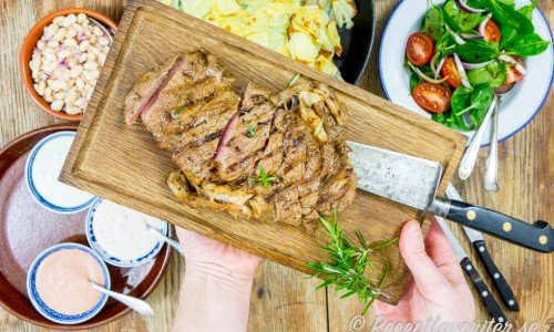 Låt först köttet vila några minuter och skär sedan upp mot köttfibrerna eller servera köttet helt.
