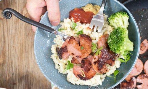 Stekt falukorv med stuvade makaroner, ketchup, senap och kokt broccoli.