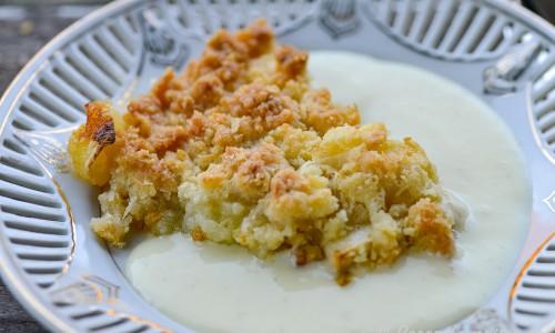 Äppelpajen serverad med vaniljsås