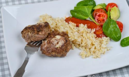 Fetaostfärsbiffarna kan även serveras med valfria tillbehör som ex. råris, tomatsås och sallad.
