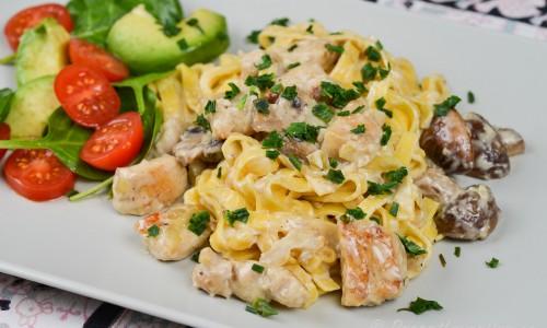 Färsk pasta med kyckling och svamp samt en sallad med avokado, tomat och babyspenat.