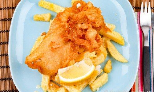 Hemgjord friterad torsk och pommes frites till Fish'n Chips på tallrik