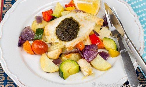 Fiskfilé i ugn med pesto och grönsaker på tallrik