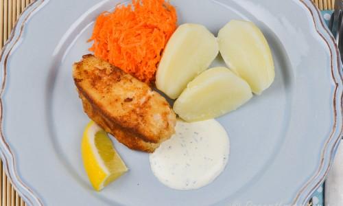 Fiskpinnar av torsk med kokt potatis, dillsås, citron och finriven morot.