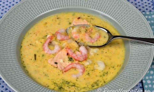 Fisksoppa med lax, räkor och torsk
