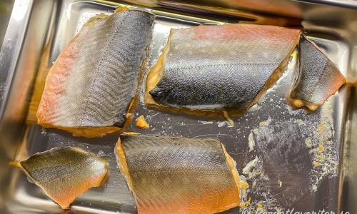 Fjällrödingen bakas i ugnen med skinnet upp samt lite salt, socker och olja eller smör i formen.