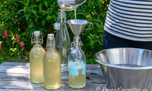 Flädersaften buteljeras på flaskor
