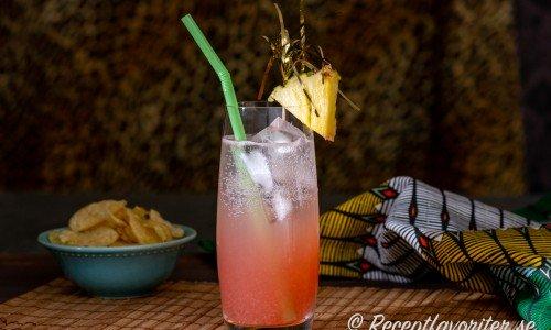 Flamingo är en alkoholfri cocktail eller drink med tranbärsjuice, ananasjuice, citron och sodavatten.