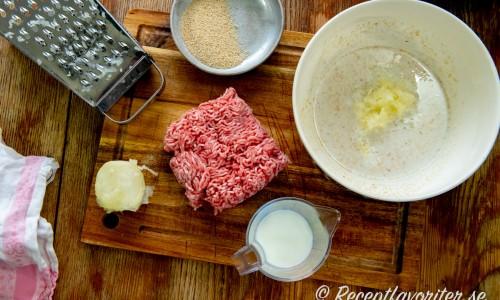 Fläskfärsen blandar du med ströbröd, riven lök, mjölk och lite salt och peppar. Forma sedan till köttbullar.