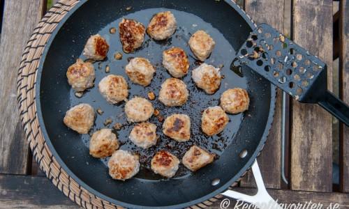 Stek köttbullarna i en stor stekpanna eller dela upp i två pannor eller bryn i två omgångar.
