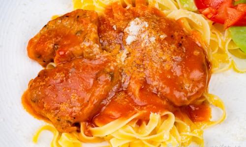 Fläskfilé med tomatsås och parmesan på tallrik
