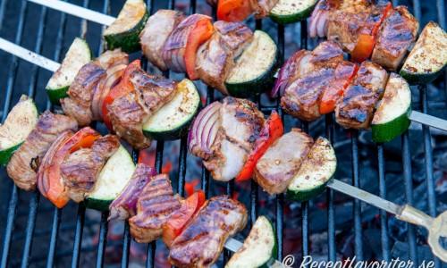 Varva fläskfilébitarna med rödlök, zucchini och röd paprika. Fina färger och blir gott ihop.