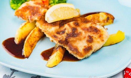 Fläskschnitzel på tallrik med tillbehör
