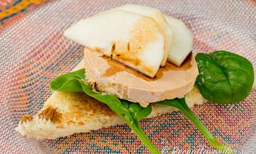 Fois gras med äpple på tallrik