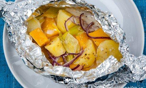 Foliepaket med rotfrukter - potatis, palsternacka och kålrot.