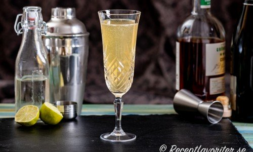 French 75 cocktail i flöjtglas - champagneglas