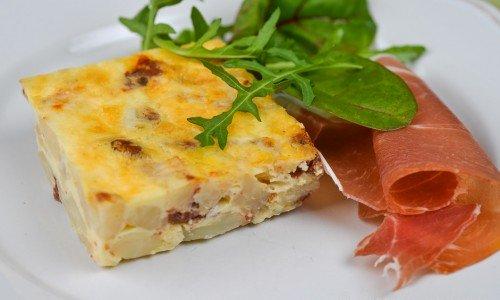 Frittatan kan du servera som förrätt också eller på buffé med en fin lufttorkad skinka till och grönsallad.