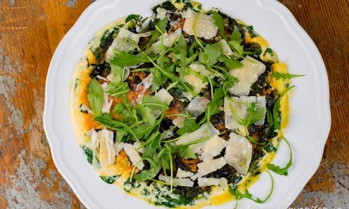 Grön frittata - en slags omelett med spenat, ruccola och parmesanost.