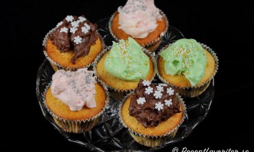Cupcakes eller muffins med olika frosting och strössel som garnering - använd fantasin.