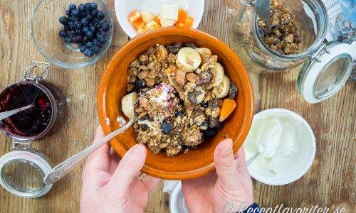 Frukostbowl med kvarg, granola och frukt som banan, mandarin och blåbär. Ett nyttigt och gott frukostförslag.