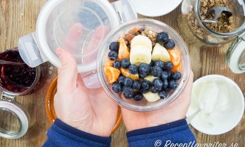 Frukostbowlen är även perfekt att packa som matlåda till nyttig lunch - en lunchbowl.