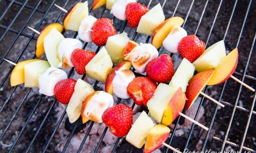 Fruktspetten grillas hastigt så att marshmallowsen får lite färg
