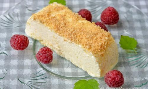 Fryst cheesecake garnerade med krossad Digestivekex, färska hallon och citronmeliss.