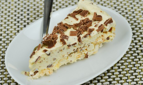 Fyllningen till tårtan är fryst parfait (glass) smaksatt med krossad Daim.
