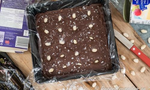 Choklad och kondenserad mjölk blir en god fudge eller chokladkola