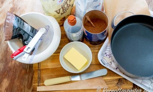 Ingredienser till fudgerutorna: smör, sirap, vetemjöl, socker, kakao och choklad.