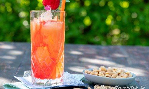 Drink med persikolikör, grenadine och grapefruktjuice