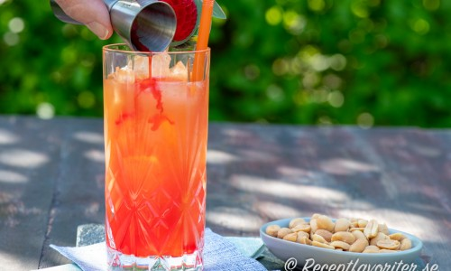 Fixa en fin sunrise-effekt genom att sakta tillsätta den röda grenadinen längs kanten på glaset.