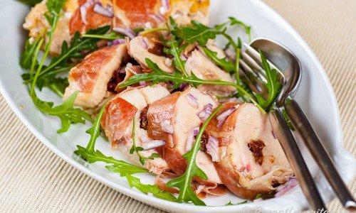 Fylld kycklingfilé med parmesanost på fat