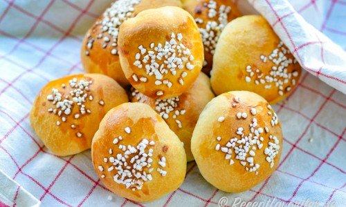 Äppelbullar fyllda med äppelmos garnerade med pärlsocker på bakduk