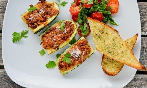 Fyllda zucchinis med köttfärs, tomat- och grönsallad samt vitlöksbröd till.