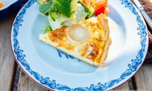En bit getostpaj serverad med sallad med vinaigrette av äppelcidervinäger, honung och olivolja.