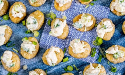Baka rundlar av smördeg och toppa med en röra med getost, crème fraiche samt salladslök eller gräslök.