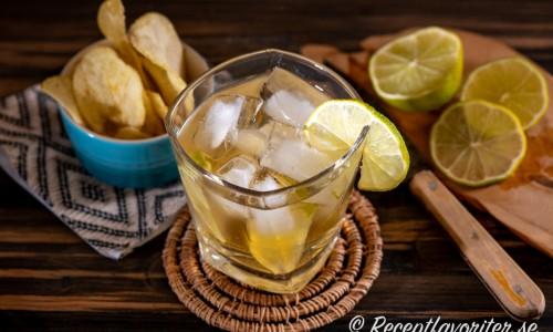 Ginger Joy drink med lime och chips