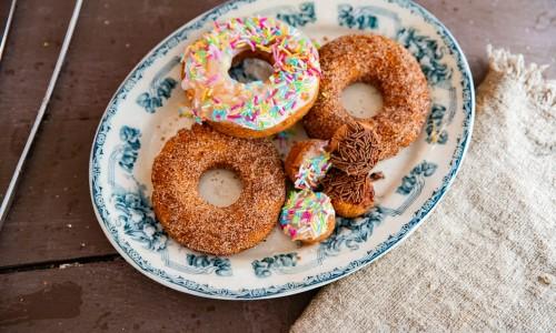 Hemgjorda glutenfria munkar eller doughnuts på fat