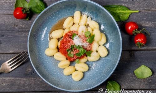 Färsk gnocchi med tomatsås, färsk basilika och parmesan - enkel och god vegetarisk vardagsmat.