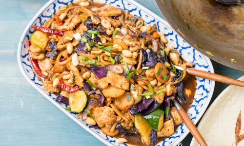 Gong Bao kycklingwok är god med ris till. Man kan också ha äggnudlar till.