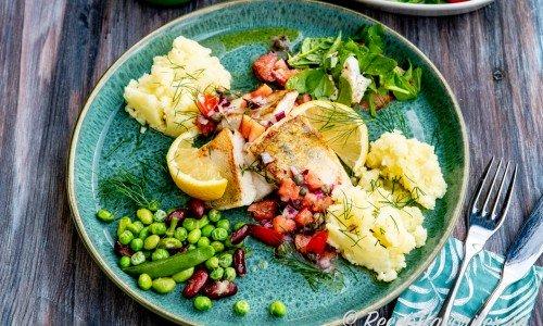 Gösfilé med skinn serverad med brynt smör, tomat, kapris, dill, blandade bönor, tomat- och spenatsallad samt potatisstomp.