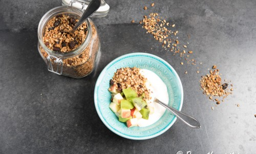 Rostad granola med soygurt och fruktsallad med kiwi och äpple. Granola med havregryn, havrekärnor, solroskärnor, kokosflingor, sesamfrön, linfrön, hasselnötter, mandlar, honung och kokosmjölk.