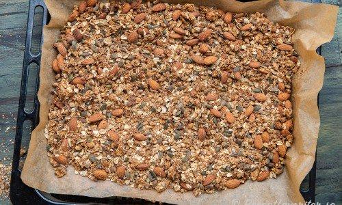 Granolan eller musliblandningen rostas i en långpanna med bakplåtspapper under.