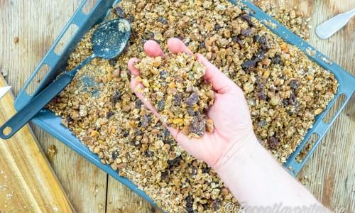 Basen är havregryn sedan kan du variera innehållet i granolan efter tycke.