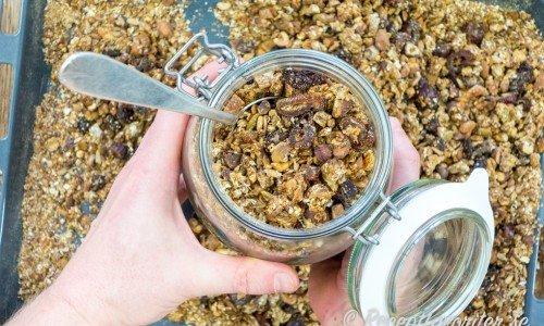 Granola med dadlar, aprikoser, nötter, rågflingor, havregryn och annat gott.