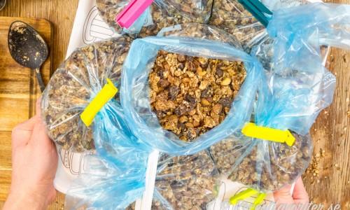 Billiga havregryn är basen i granolan. Sedan är frön och torkad frukt dyrare men det räcker till en eller flera stora omgångar fin rostad knaprig granola. Bättre än någon som går att köpa.